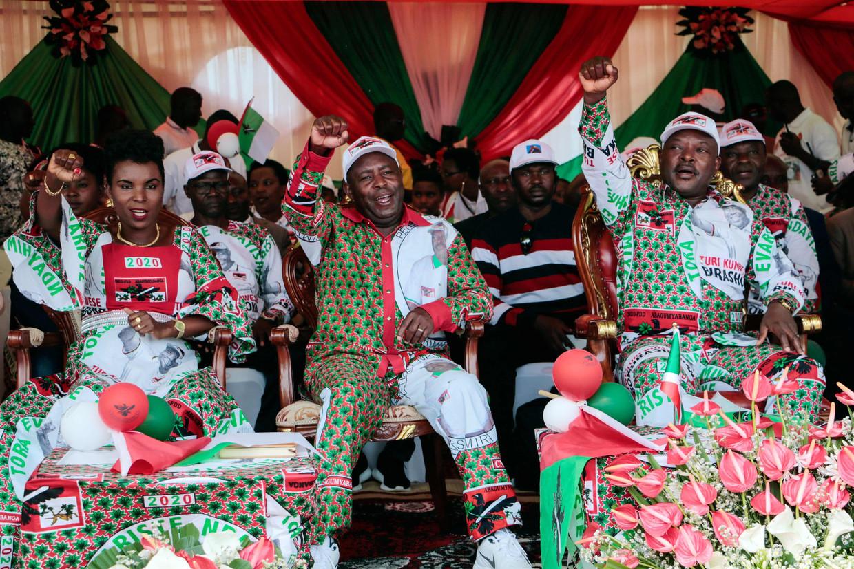 Burundi's vertrekkend president Pierre Nkurunziza (r), presidentskandidaat Evariste Ndayishimiye van regeringspartij CNDD-FDD (m) en diens echtgenote Angelique Ndayubaha (l), bij de laatste verkiezingsmanifestatie van hun partij afgelopen zaterdag.