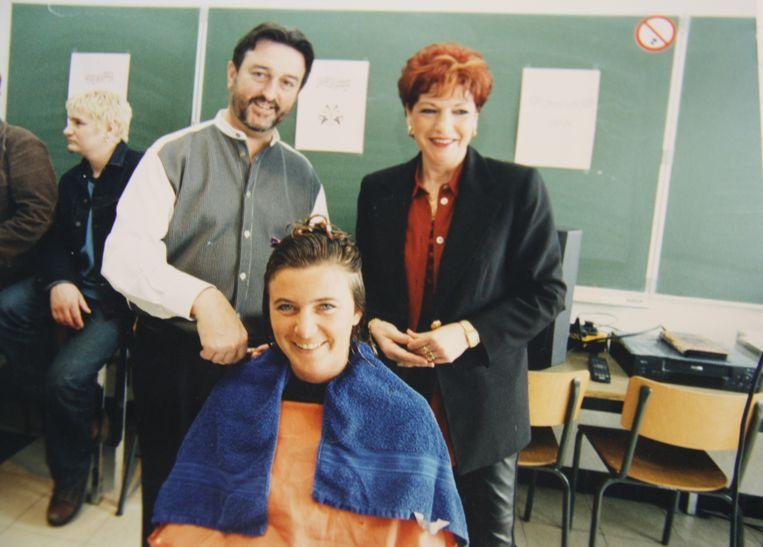Christine Vanloo en Edwin Eloy van kapperszaak Duo in De Panne. Foto uit 1998 toen actrice Ann Denolf (uit De Kotmadam) met roots in Veurne zich lieten kappen door Edwin en Christine