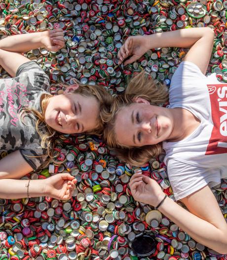 Elisa (8) spaart duizenden dopjes voor zieke zus Michella (15)