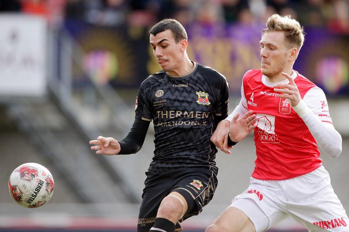 Antoine Rabillard namens Go Ahead Eagles in duel met Enes Mahmutovic van MVV Maastricht
