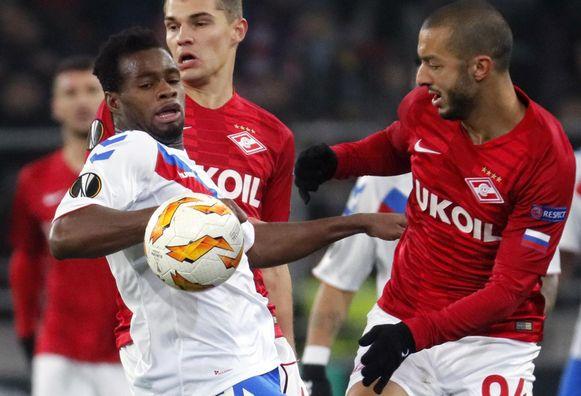 Lassana Coulibaly (links) in duel met Sofiane Hanni tijdens een Europa League-duel van Glasgow Rangers tegen Spartak Moskou.
