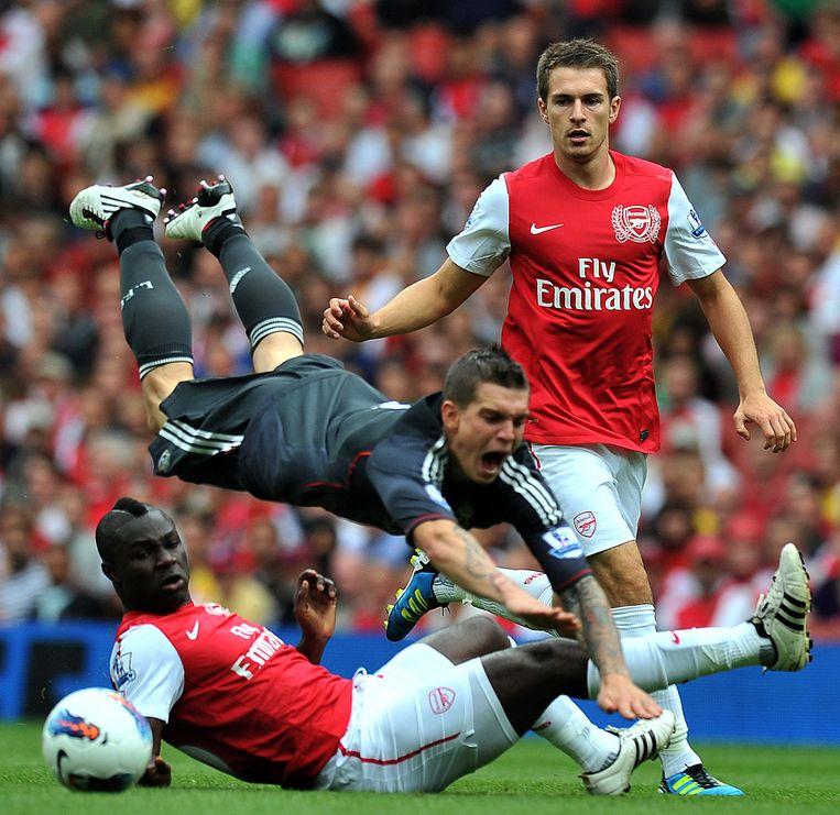 Emmanuel Frimpong in zijn tijd bij Arsenal. Hij tackelt Daniel Agger. Achter hem Aaron Ramsey. Beeld anp