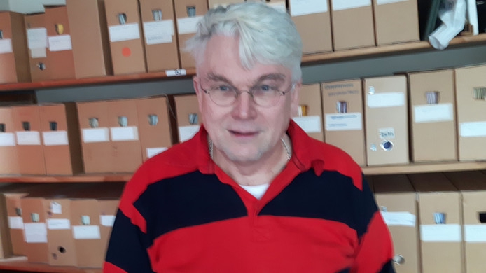 Wim de Bakker, winnaar Knippenbergprijs 2016 , bij archiefdozen in het Oisterwijkse heemcentrum.
