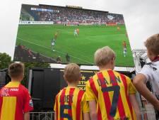Fans GA Eagles kijken in eigen stadion op schermen naar duel van hun club in Waalwijk
