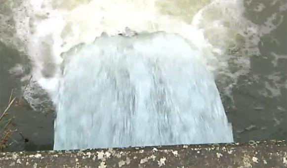 Het water wordt opgepompt uit de verzakte mijngebieden.