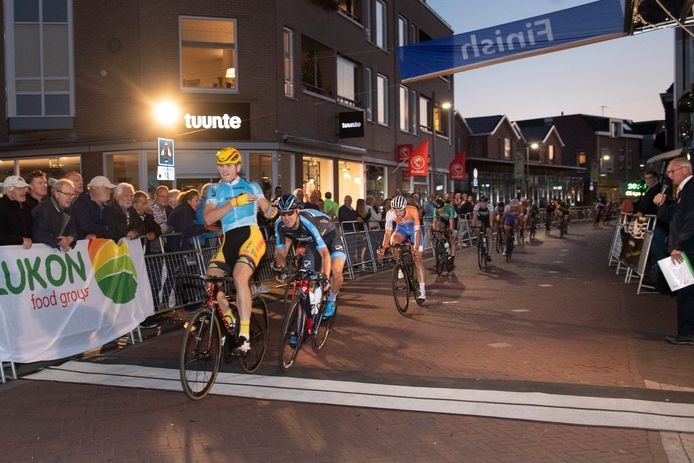 De finish van de Ronde van Goor is zaterdag niet in het centrum van Goor, zoals hier in 2018, maar in het buitengebied. Het is namelijk niet de bedoeling dat er veel bezoekers op afkomen.