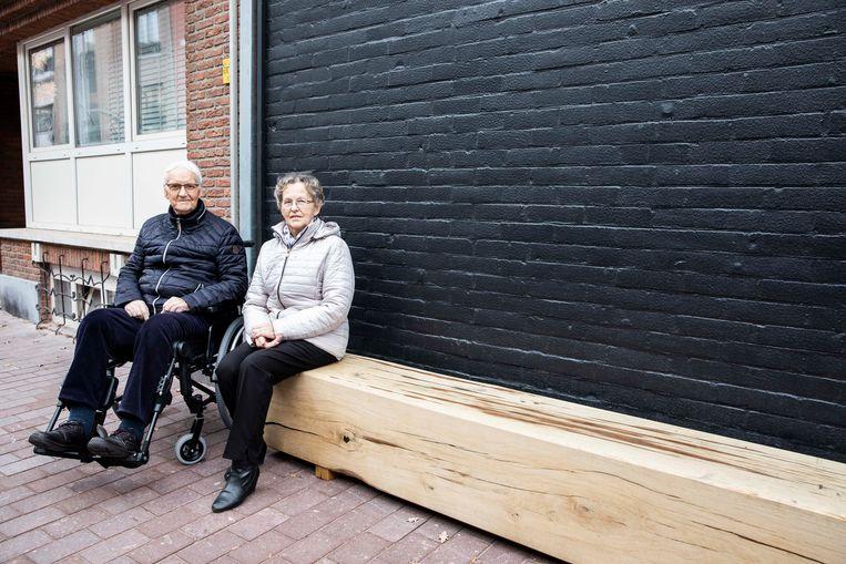 """Rene en Marie-Therese rusten even uit op de bank. Zo staan er twaalf in de Molenstraat die de stad profileert als de """"Straat van de ambachten""""."""
