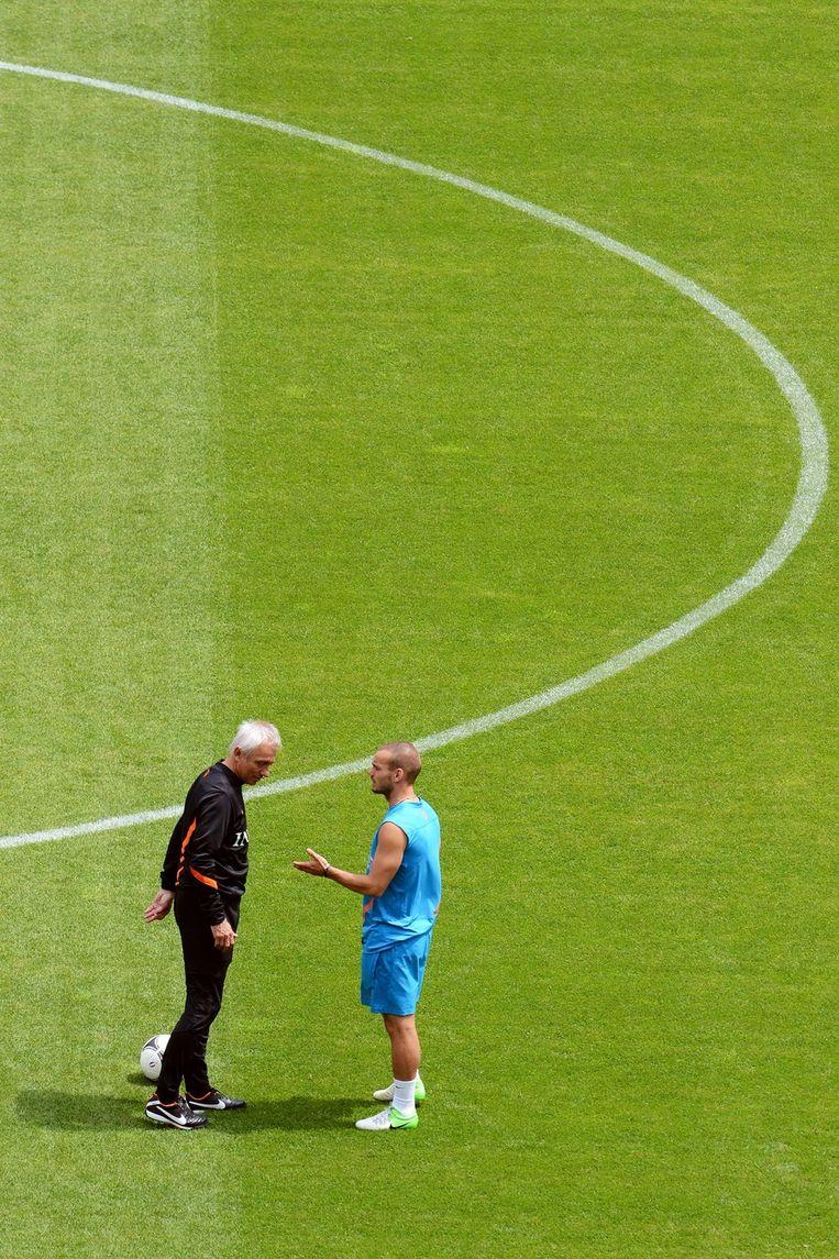 Bert van Marwijk in gesprek met Wesley Sneijder (r). Verandert Bert van Marwijk het (tactisch) concept tegen Duitsland? Beeld ap
