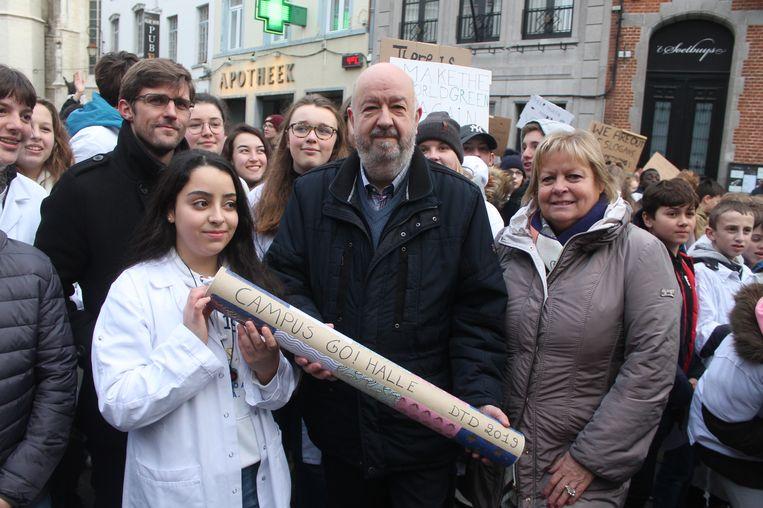 De scholieren overhandigden een klimaatmemorandum aan burgemeester Snoeck.