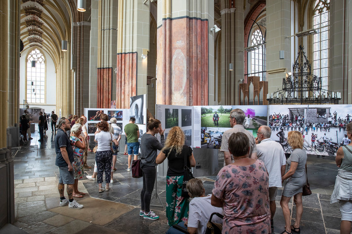 World Press Photo trekt in de Walburgiskerk altijd veel bekijks, ook vorig jaar juli tijdens de vijfde editie.