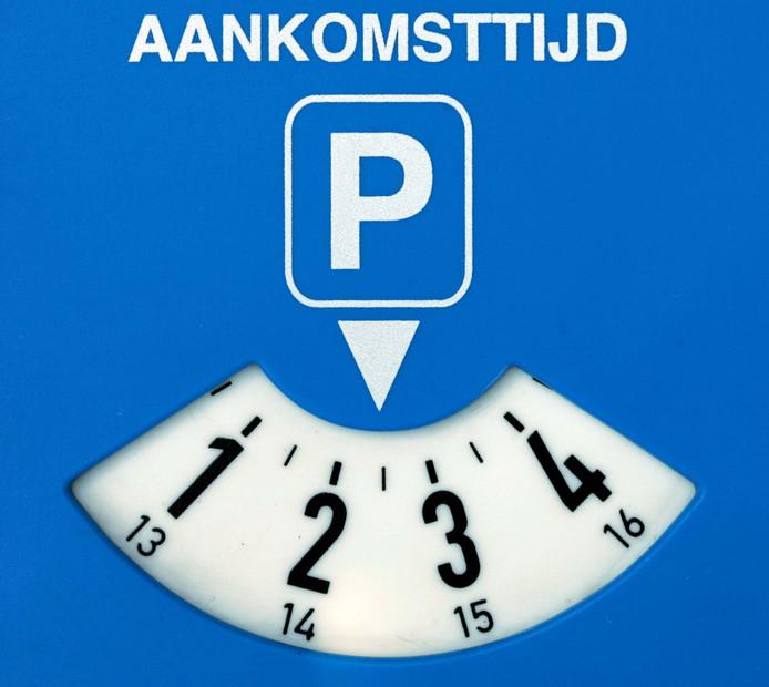Invoering van de blauwe zone in de Deldenerstraat houdt in dat er niet langer dan een uur geparkeerd mag worden, uitsluitend met een parkeerschijf.