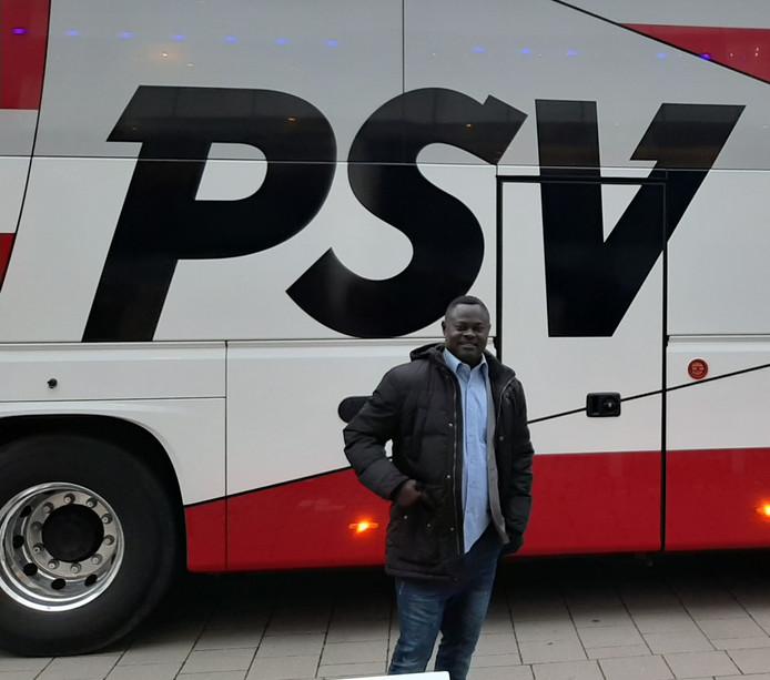 Nii Lamptey voor het duel van PSV met PEC Zwolle, bij de spelersbus