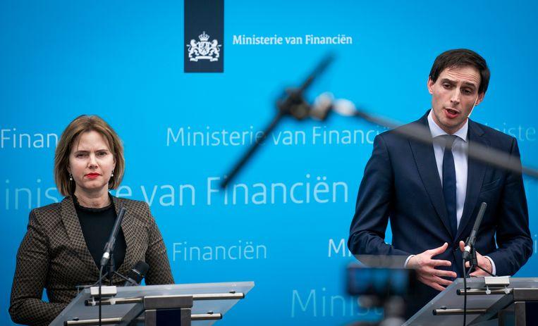 Ministers Wopke Hoekstra van Financiën en Cora van Nieuwenhuizen van Infrastructuur en Waterstaat maken tijdens een persconferentie in februari bekend dat de Staat een belang heeft genomen in de holding Air France-KLM. Beeld Freek van den Bergh / de Volkskrant