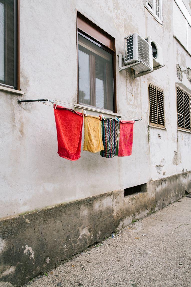 Was hangt te drogen in de wijk Rione Luzzatti. Beeld Gianni Cipriano