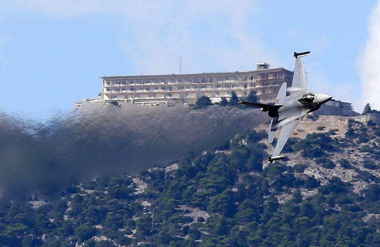 Een Nederlandse F16 tijdens een vliegtuigshow in Athene. Beeld AP