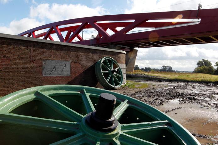 De loodzware hefwielen toen ze nog aan de voet van de Hanzeboog lagen aan de kant van Hattem.