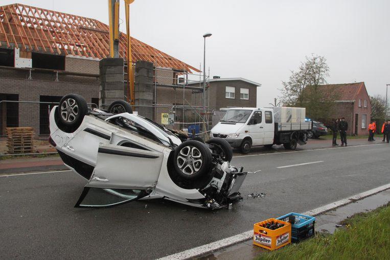 De wagen botste eerst tegen de achterkant van een geparkeerde vrachtwagen aan een bouwwerf.
