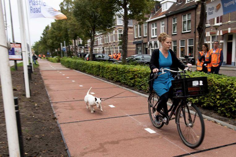 De eerste PlasticRoad in Zwolle, een fietspad van hergebruikte kunststoffen. Beeld ANP