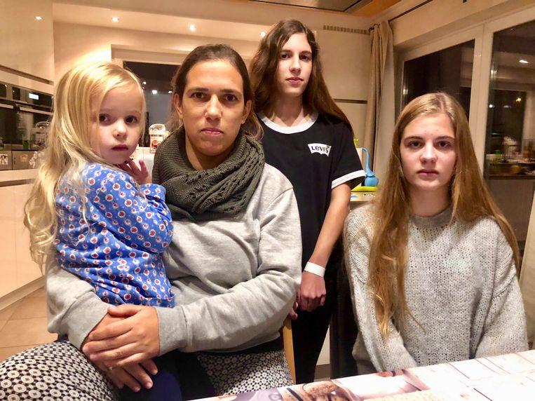 De moeder zat met haar drie dochters in de auto. Charlotte (tweede van rechts) kon de Poolse nummerplaat noteren.