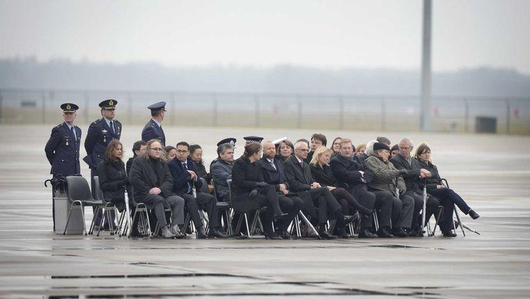 Hoogwaardigheidsbekleders wachten op het transportvliegtuig met de stoffelijke resten van de slachtoffers van de rampvlucht met de MH17. Beeld anp