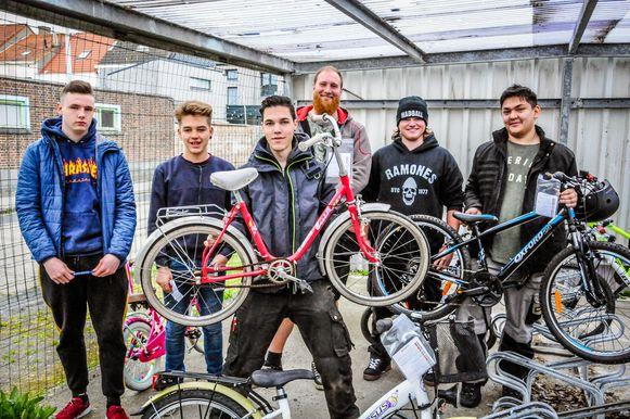 Leerlingen fietsopleiding herstellen fietsen van schoolgaande jeugd in Bredene