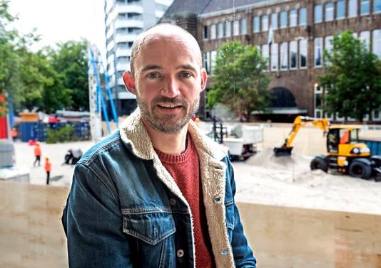 Kunstenaar Dries Verhoeven met op de achtergrond zijn installatie, die de hele Neude in beslag neemt.