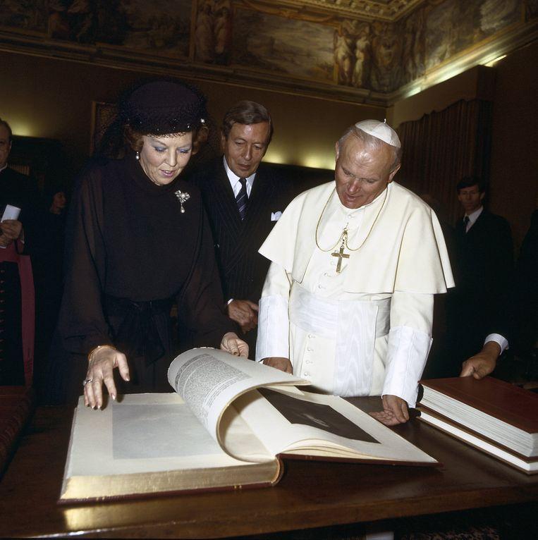 Beatrix ontmoet in maart 1985 paus Johannes Paulus II in het Vaticaan. Beeld ANP