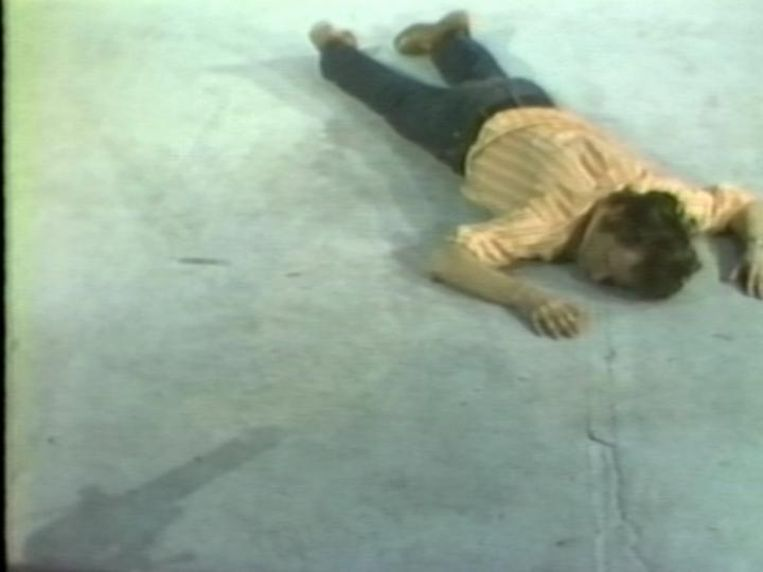 Tony Sinking into the Floor, Face Up and Face Down (1973) van Bruce Nauman. Beeld null