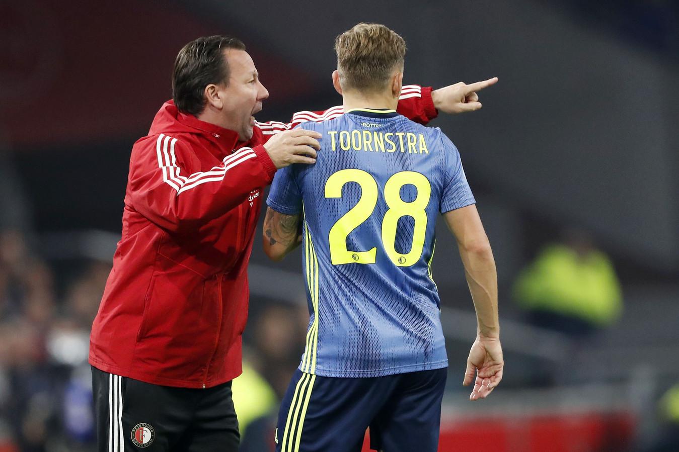 Jean-Paul van Gastel is een van de assistenten die het veld moet ruimen bij Feyenoord.