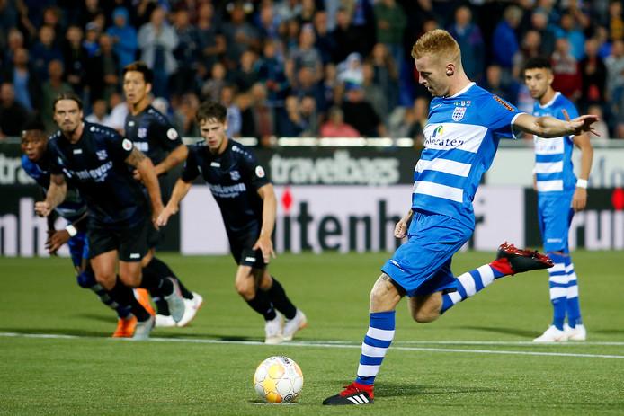 Mike van Duinen legt aan voor zijn tweede penalty.
