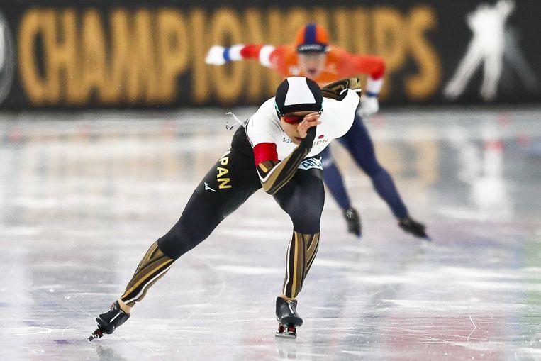 Miho Takagi in actie op de 1000 meter tegen Letitia De Jong tijdens het WK sprint in Hamar. Beeld ANP