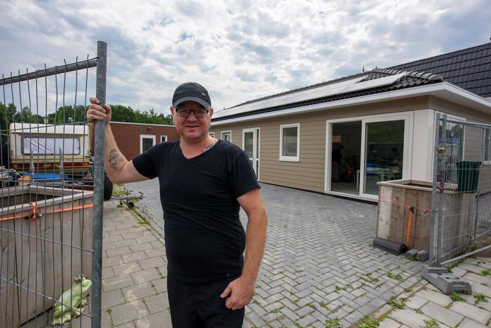 Menne Pfaff voor zijn elektrisch verwarmde woonwagenwoning in Tongelre.