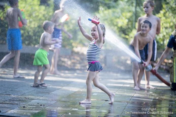 Dit meisje uit Nijverdal geniet van het waterfestijn