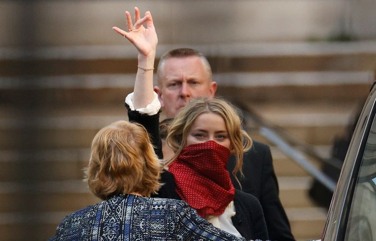 Actrice Amber Heard vrijdag bij het verlaten van het gerechtsgebouw in Londen.  Beeld John Sibley / Reuters