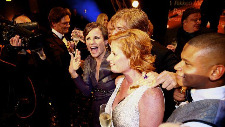 De cast (VLNR) Angela Schijf, Victor Reinier, Oda Spelbos en Sergio IJssel van Flikken Maastricht (TROS) viert dat zij de Gouden Televizier-Ring 2014 hebben gewonnen voor beste tv-programma. Beeld anp