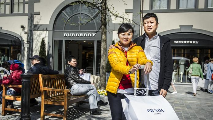 Aziatische bezoekers van de designeroutlet in Roermond.