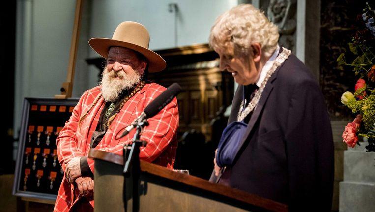 Henk Schiffmacher ontvangt een koninklijke onderscheiding tijdens lintjesregen in De Nieuwe Kerk. Beeld anp