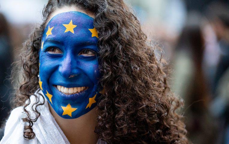 Kiezers wachten zondagavond de uitslagen af van de Europese Parlementsverkiezingen.  Beeld ANP