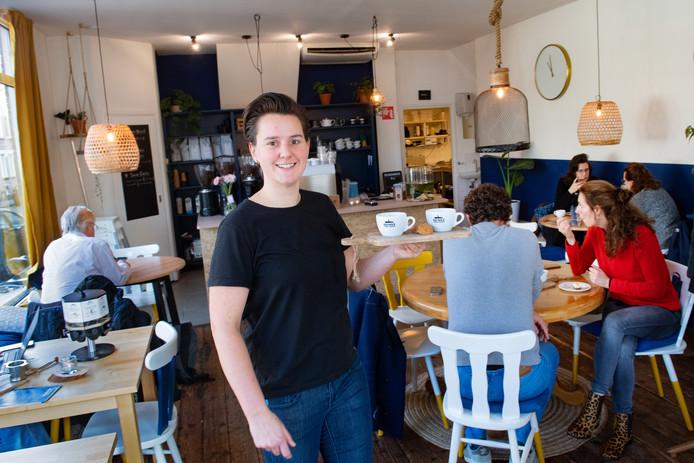 Wit, geel en blauw domineren in koffiebar Koen van onderneemster Heidi Arntz.