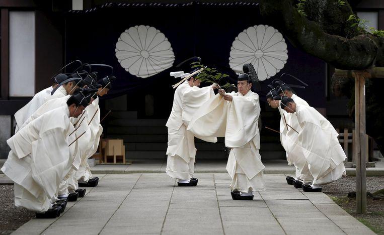Priesters maken de Yasukuni-tempel gereed voor het bezoek van een groep parlementariërs tijdens het lente-festival. Beeld reuters