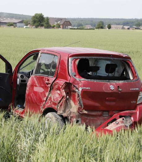 Auto's zwaar beschadigd door botsing in Ottersum