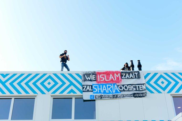 Protest, vandaag op het dak van een nieuwe islamitische middelbare school in Amsterdam. foto anp Beeld ANP