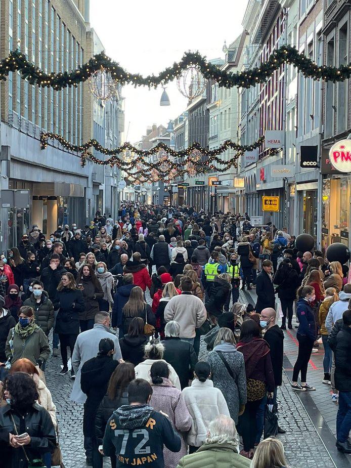 ls de drukt blijft toenemen, dan gaat burgemeester Annemarie Penn-te-Strake winkels sluiten.