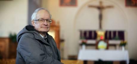 """""""Ik krijg doodsbedreigingen. En ze gooien nog steeds eieren en stenen naar mijn voordeur"""": pastoor Fernand (72) wil na vondst 15 mensen in koelcel meer dan ooit 'zijn' transmigranten helpen"""