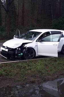 Tweetal vlucht voor de politie en ramt meerdere auto's in Veenendaal