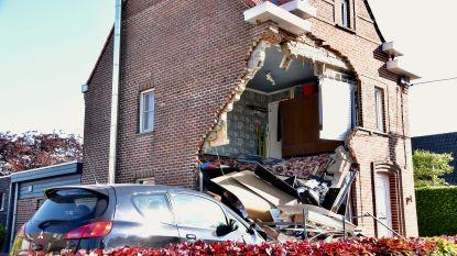 """VIDEO. Huis stort gedeeltelijk in na aanrijding: """"We konden alle twee morsdood geweest zijn"""""""