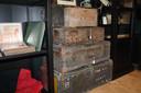 Michael Brinkmann opende in Dorp 3 in Alveringem Militaria Belgium. Je vindt er opmerkelijke attributen zoals deze koffers