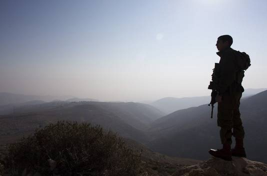 Soldat israélien devant la vallée du Jourdain