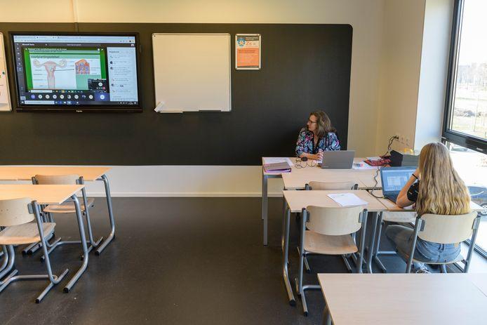 Kaylie (13) kan zich thuis niet goed concentreren. Daarom volgt ze de online lessen gewoon in een lokaal. Een begeleider kan eventueel extra uitleg geven.