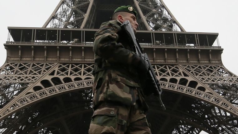 Een militair bij de Eiffeltoren. Frankrijk is in de hoogste staat van paraatheid na de aanslag op de redactie van Charlie Hebdo. Beeld reuters